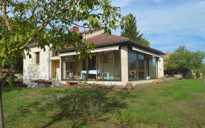 Proche Cordes-sur-Ciel Maison moderne avec vue sur le village.